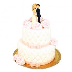 Белый двухъярусный свадебный торт с бусинками, нежно-розовыми розами и фигурками
