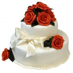Белый двухъярусный свадебный торт с белым бантом и алыми розами