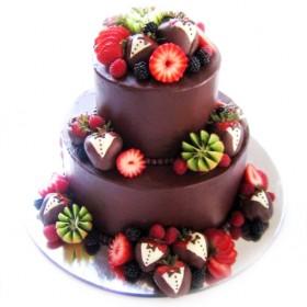 Торт свадебный, покрытый темным шоколадом и украшенный свежими ягодами