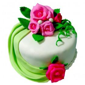 Бело-зеленый одноярусный свадебный торт с бутонами розовых роз