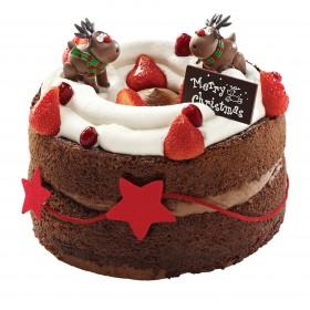 Торт  на Новый год украшенный фигурками оленей  и свежей клубникой