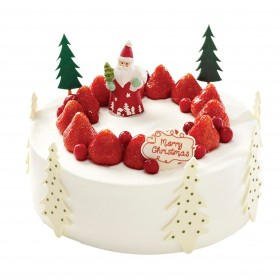 Торт  на Новый год украшенный клубникой и фигуркой деда мороза