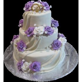Белый трехъярусный свадебный торт, покрытый мастикой и украшенный белыми и фиолетовыми розами