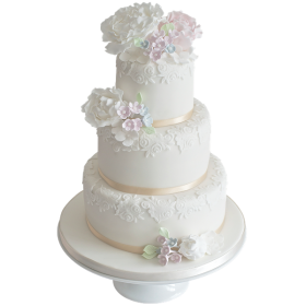 Белоснежный трехъярусный свадебный торт с белыми цветами