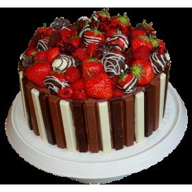 Торт праздничный украшенный клубникой и молочным шоколадом