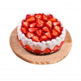 Торт праздничный украшенный клубникой