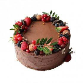 Торт праздничный украшенный ягодами в ассортименте