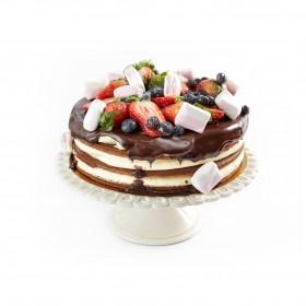 Открытый торт  украшен свежей клубникой пастилой