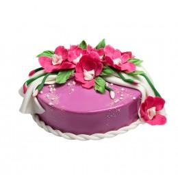 Торт праздничный универсальный, покрытый фиолетовой глазурью, украшен цветами из мастики