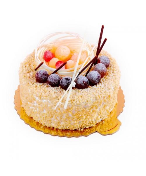 Торт праздничный универсальный, украшен соломкой из белого шоколада и разноцветным мармеладом