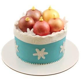 Новогодний торт с елочными игрушками и снежинками
