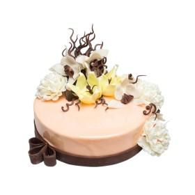 Праздничный торт в бежевой глазури украшенный цветами пионов и орхидей