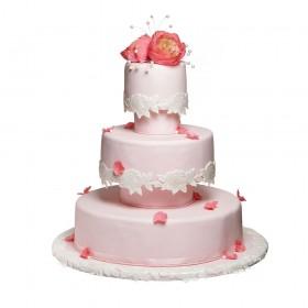 Розовый свадебный торт украшен цветами пионов