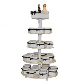Белый одноярусный свадебный торт с капкейками в форме подарочной коробки, и с фигурками жениха и невесты на торте