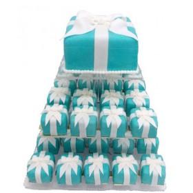 Голубой одноярусный свадебный торт с капкейками, в форме квадратной подарочной коробки и белыми бантами